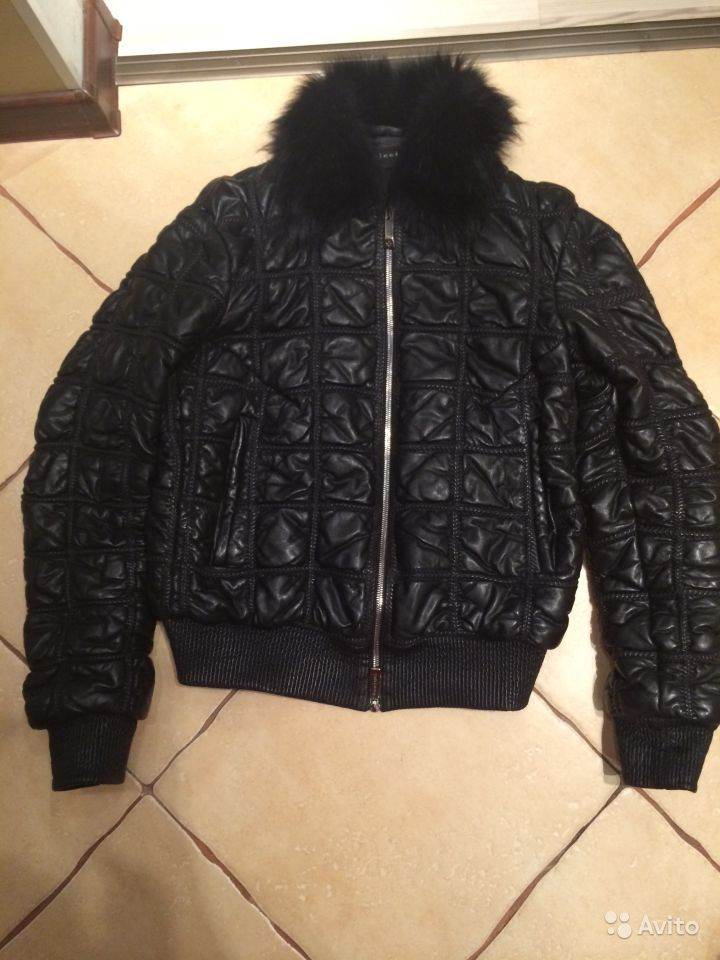 Теплая кожаная куртка,мех натуральный на воротнике,внутри слой синтепона,ку